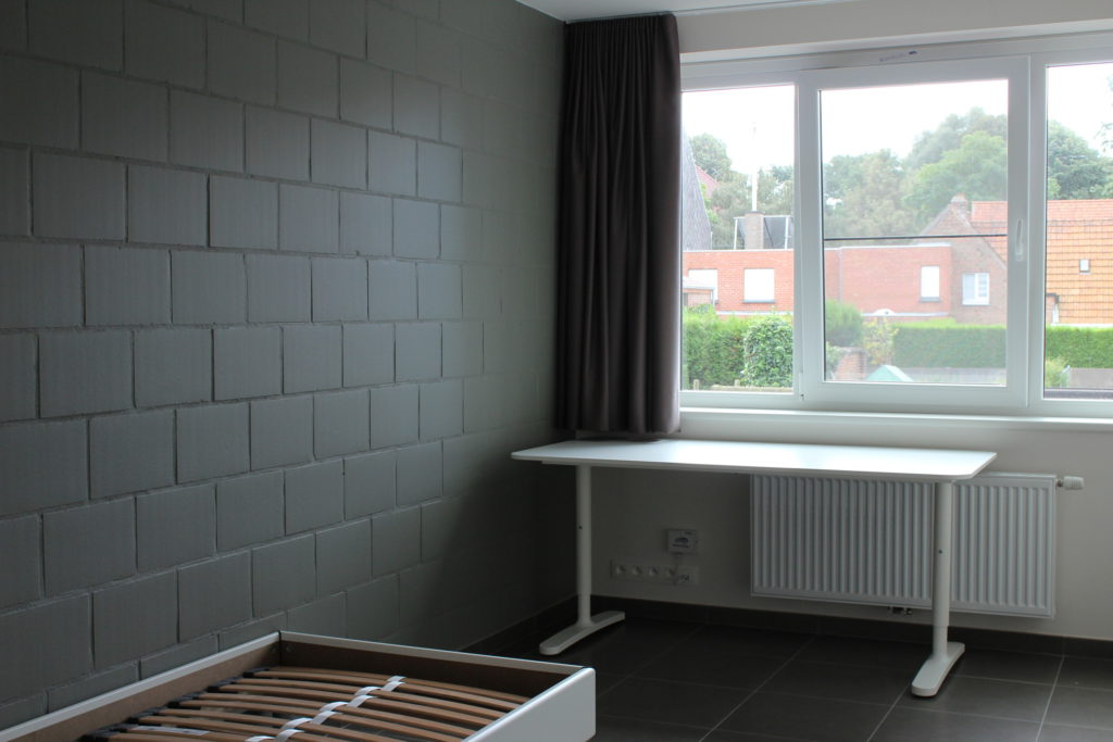 Wilgenstraat 45 - Kamer 12 - Bed, raam met gordijnen en bureau