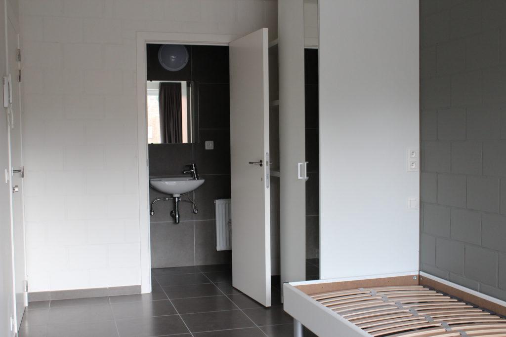 Wilgenstraat 45 - Kamer 12 - Deur kamer, deur badkamer met lavabo, kast en bed