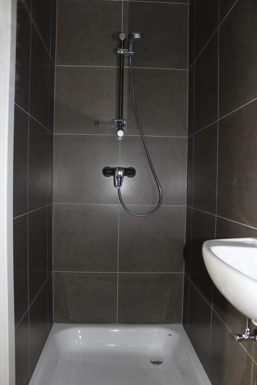 Wilgenstraat 45 - Kamer 12 - Badkamer met douche en lavabo