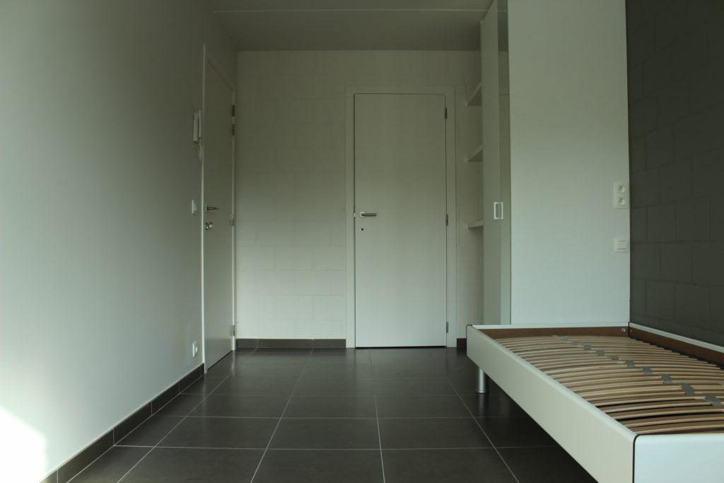 Wilgenstraat 45 - Kamer 12 - Deur kamer, deur badkamer, rek, kast en bed
