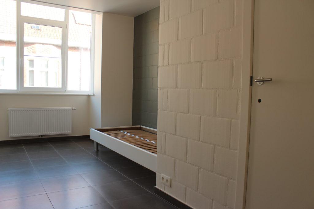 Wilgenstraat 45 - Kamer 11 - Raam, verwarming, bed, stopcontact en deur badkamer