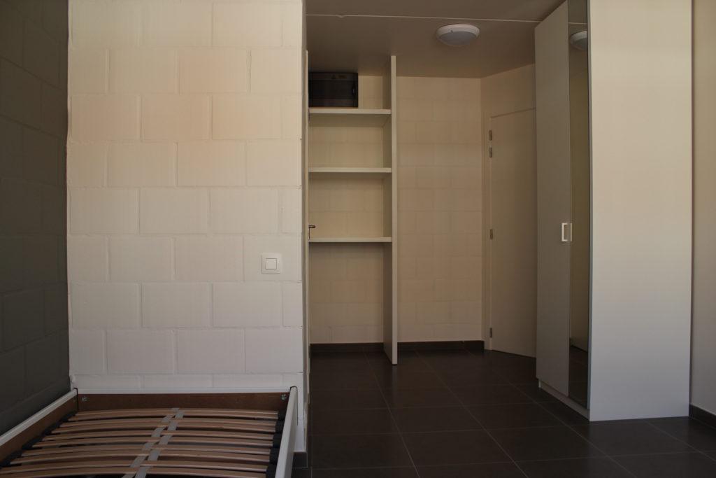 Wilgenstraat 45 - Kamer 11 - Bed, rek, deur kamer en kast