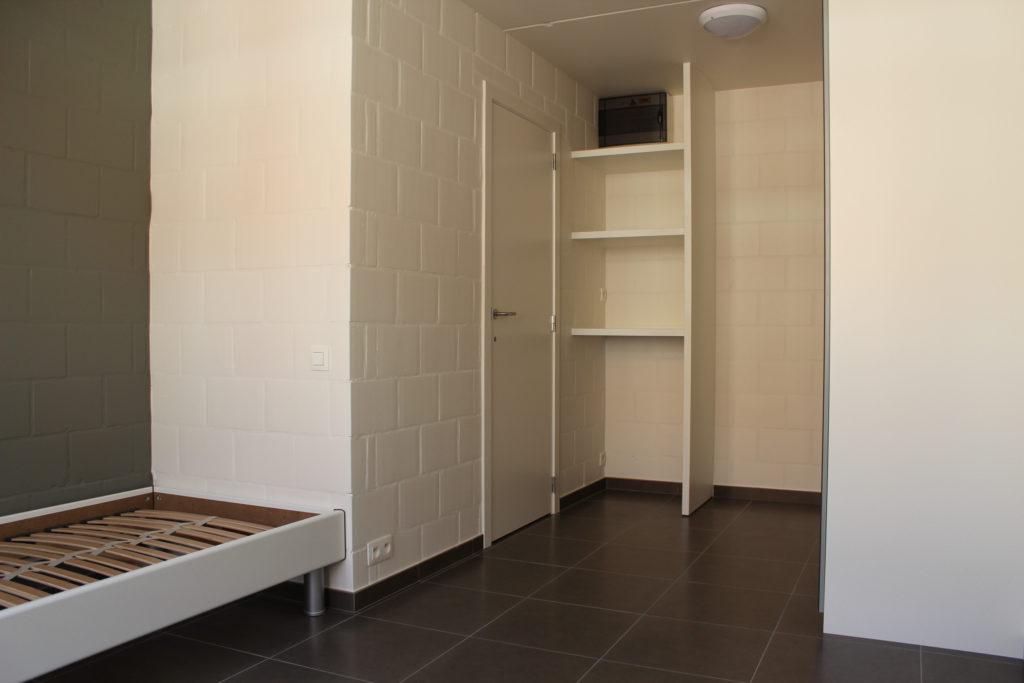 Wilgenstraat 45 - Kamer 11 - Bed, deur badkamer en rek