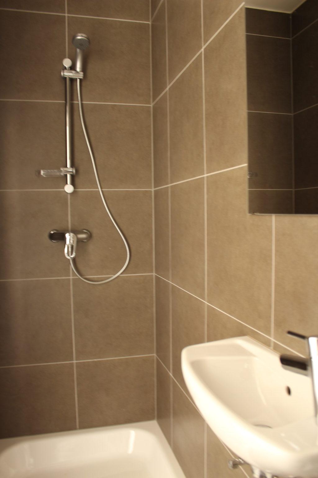 Wilgenstraat 45 - Kamer 11 - Badkamer met douche en lavabo