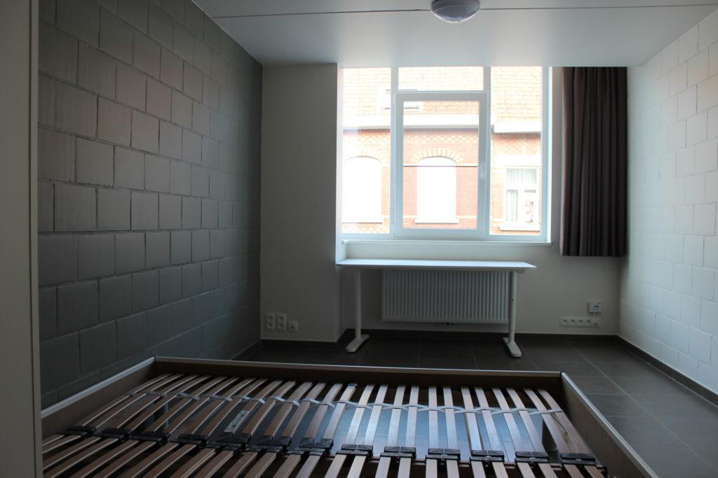 Wilgenstraat 45 - Kamer 14 - Tweepersoonsbed, kast, bureau, verwarming en venster
