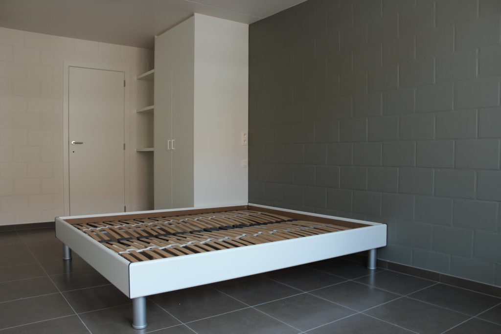 Wilgenstraat 45 - Kamer 14 - Deur kamer, rek, kast en tweepersoonsbed