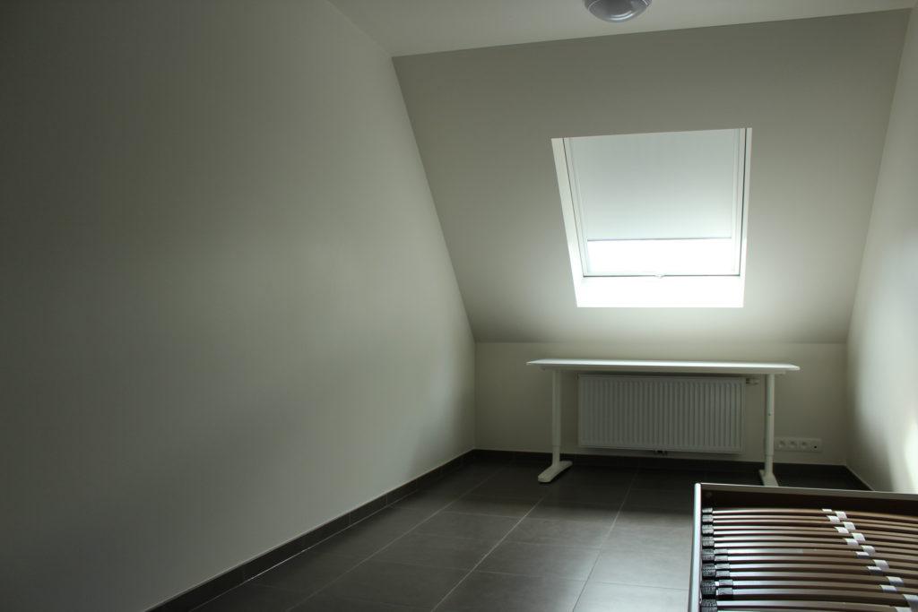 Wilgenstraat 45 - Kamer 23 - Bed, bureau, verwarming en venster