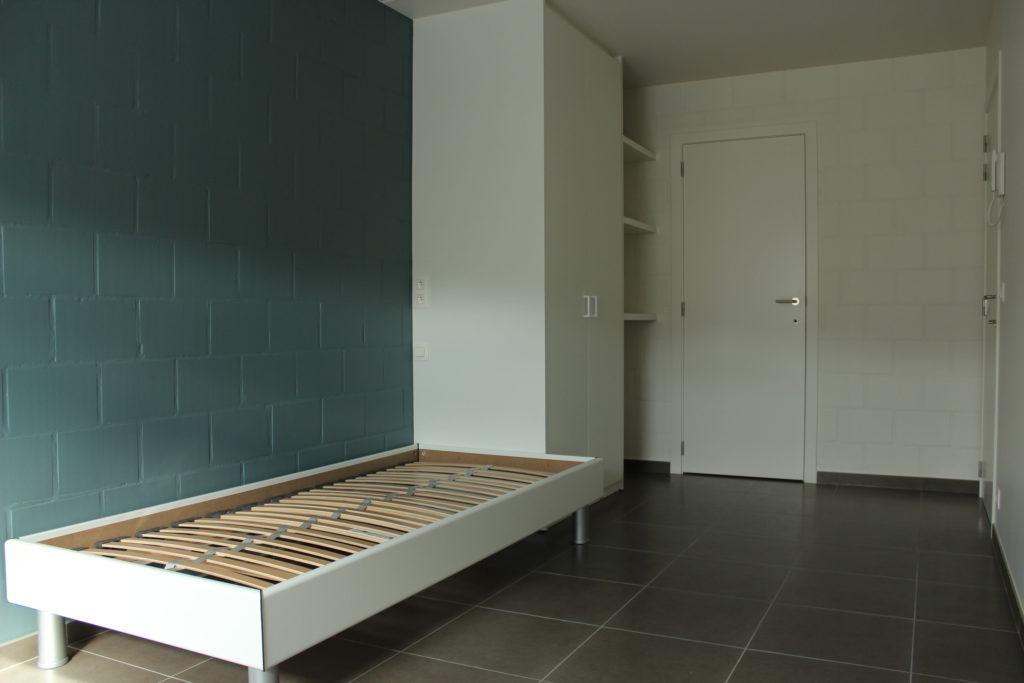 Wilgenstraat 45 - Kamer 23 - Bed, kast, rek, deur kamer en deur badkamer
