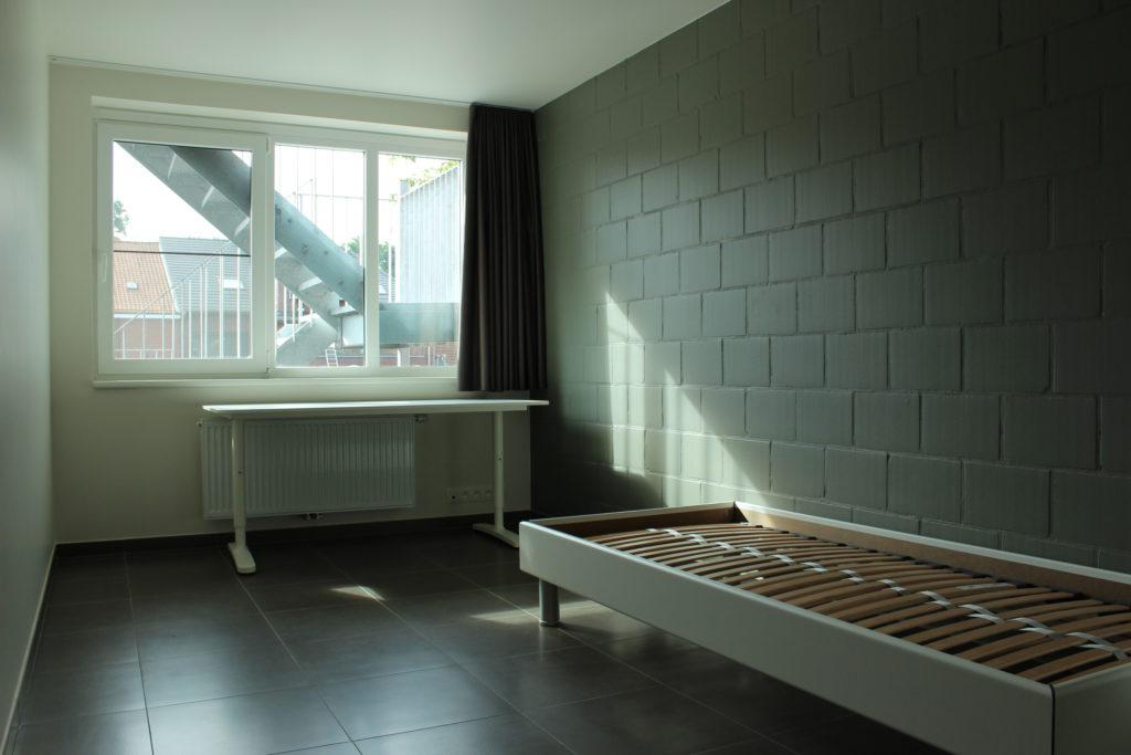 Wilgenstraat 45 - Kamer 13 - Venster, verwarming, bureau en bed