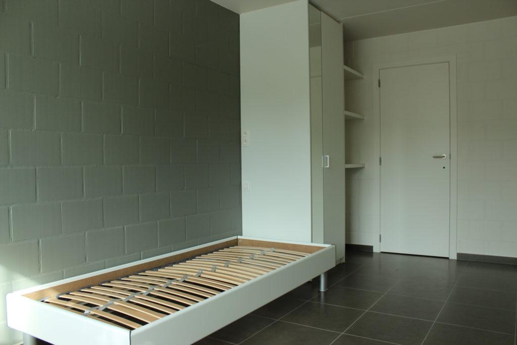 Wilgenstraat 45 - Kamer 13 - Bed, kast, rek, deur badkamer