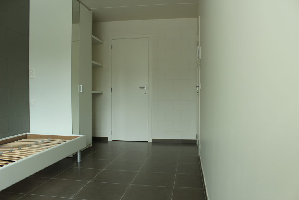 Wilgenstraat 45 - Kamer 13 - Bed, kast, rek, deur kamer en deur badkamer