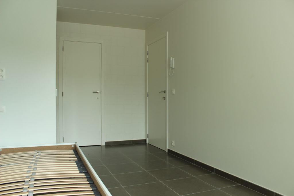Wilgenstraat 45 - Kamer 13 - Bed, deur kamer, deur badkamer en telefoon