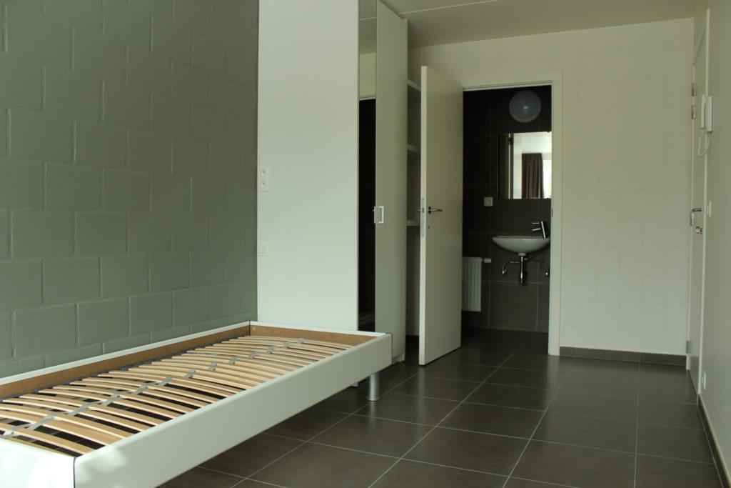 Wilgenstraat 45 - Kamer 13 - Bed, kast, rek, deur badkamer met lavabo en deur kamer