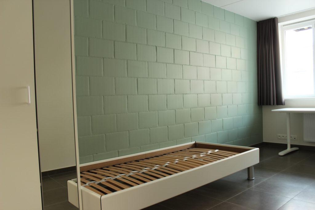Wilgenstraat 45 - Kamer 2 - Kast, bed, bureau en venster met gordijn