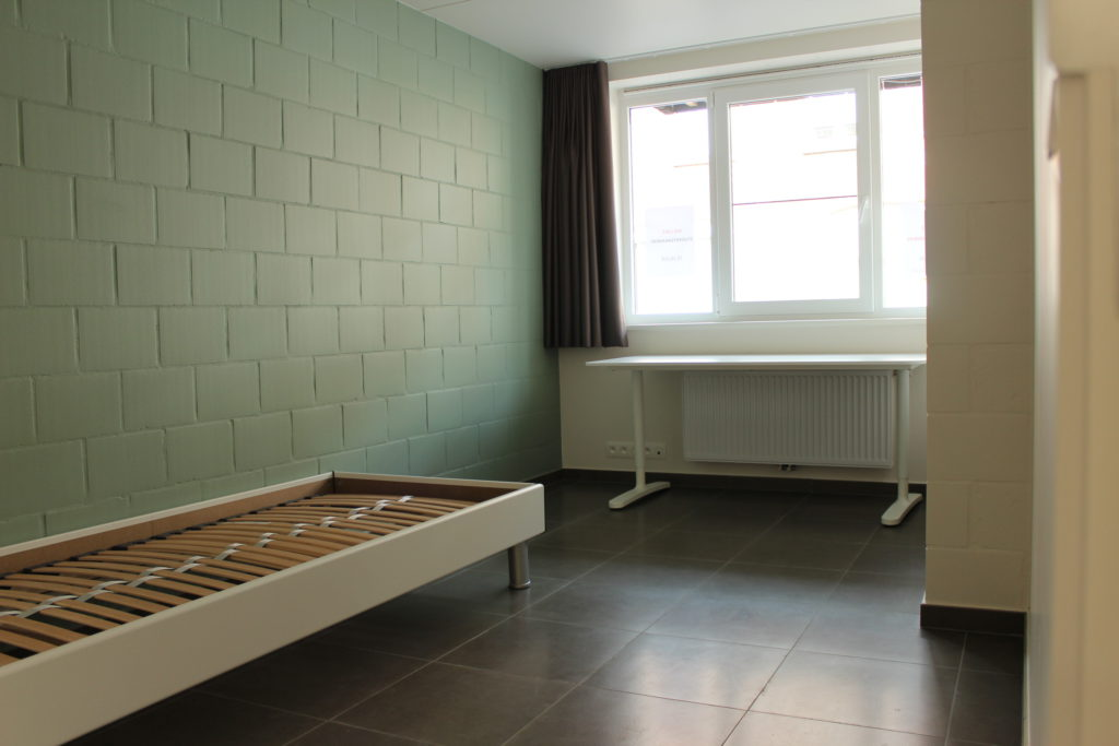 Wilgenstraat 45 - Kamer 4 - Bed, venster, bureau en verwarming