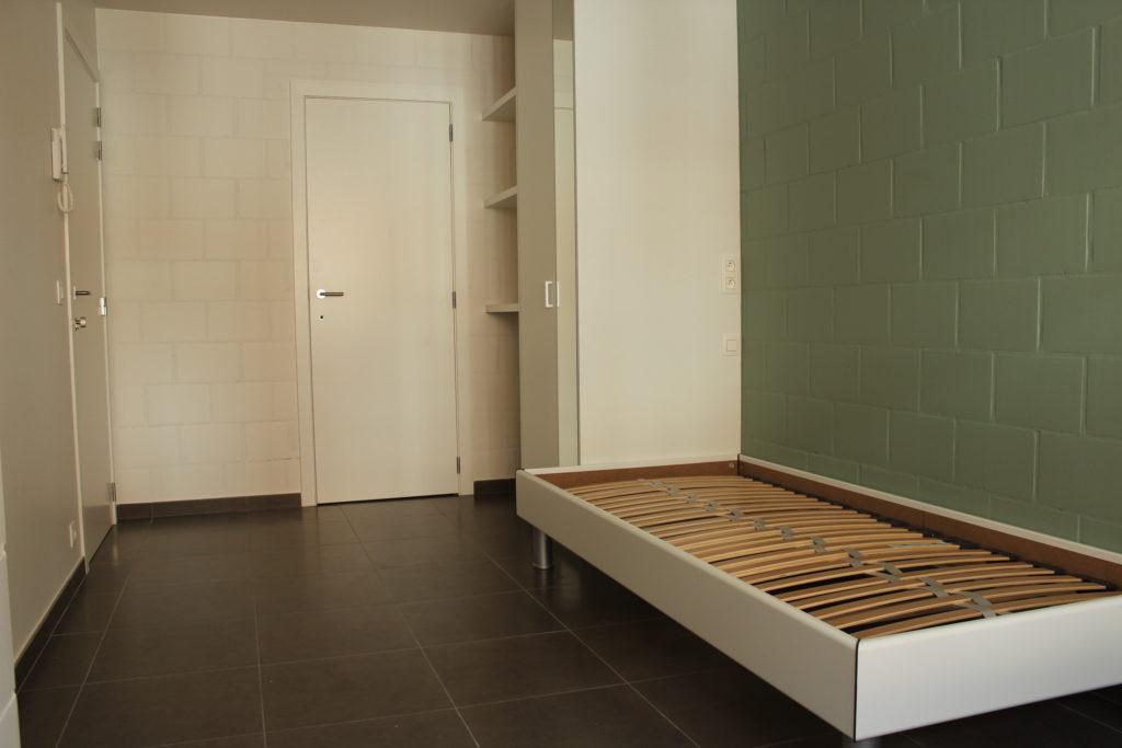 Wilgenstraat 45 - Kamer 4 - Bed, kast, rek, deur badkamer en deur kamer