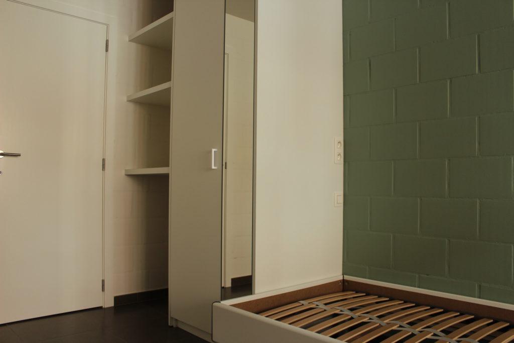 Wilgenstraat 45 - Kamer 4 - Deur badkamer, rek, kast en bed