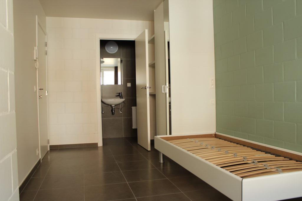 Wilgenstraat 45 - Kamer 4 - Bed, kast, rek, deur badkamer met lavabo en deur kamer