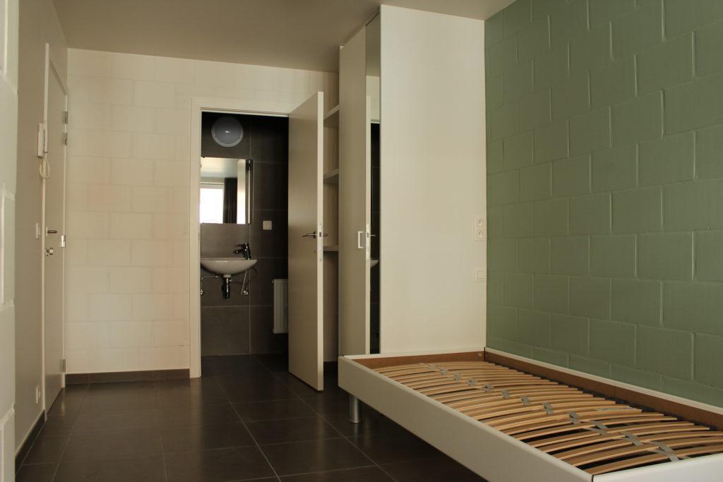 Wilgenstraat 45 - Kamer 2 - Deur kamer, deur badkamer met lavabo, rek, kast en bed