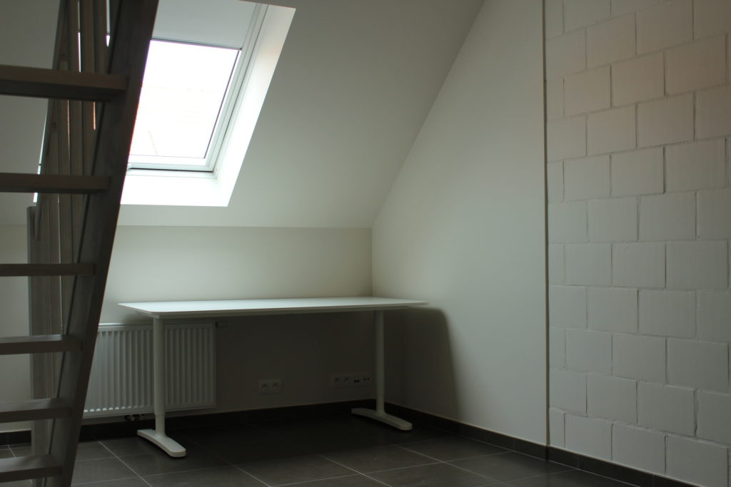 Wilgenstraat 45 - Kamer 21 - Trap, verwarming, bureau en venster