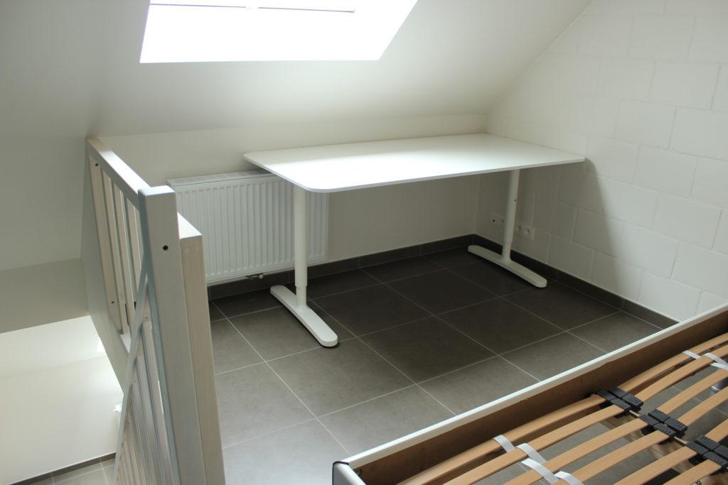 Wilgenstraat 45 - Kamer 21 - Trap naar beneden, bureau en tweepersoonsbed