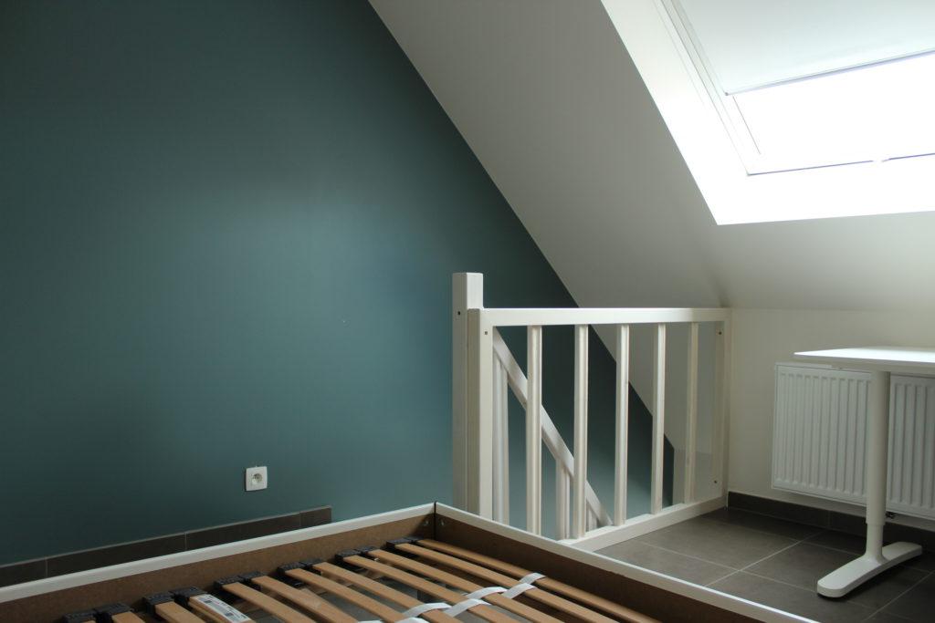 Wilgenstraat 45 - Kamer 21 - Bureau, tweepersoonsbed en trap naar beneden