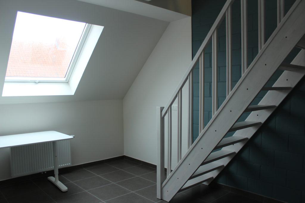 Wilgenstraat 45 - Kamer 24 - Trap, verwarming, bureau en venster