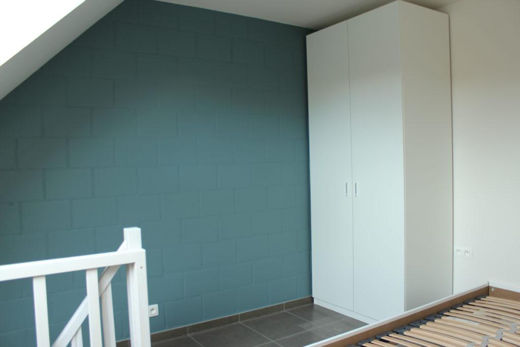 Wilgenstraat 45 - Kamer 24 - Trap naar beneden, kast en tweepersoonsbed