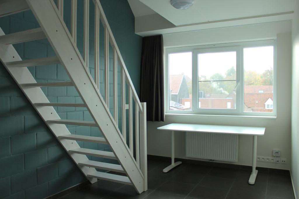 Wilgenstraat 45 - Kamer 22 - Trap, venster, bureau en verwarming