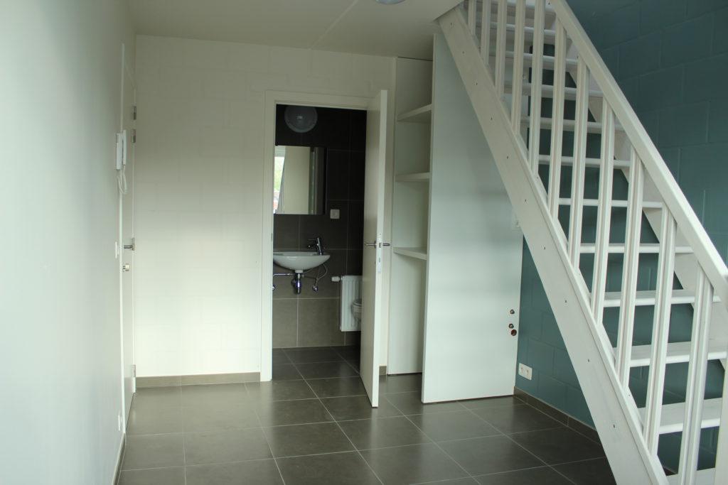 Wilgenstraat 45 - Kamer 22 - Deur kamer, deur badkamer met lavabo, rek en trap