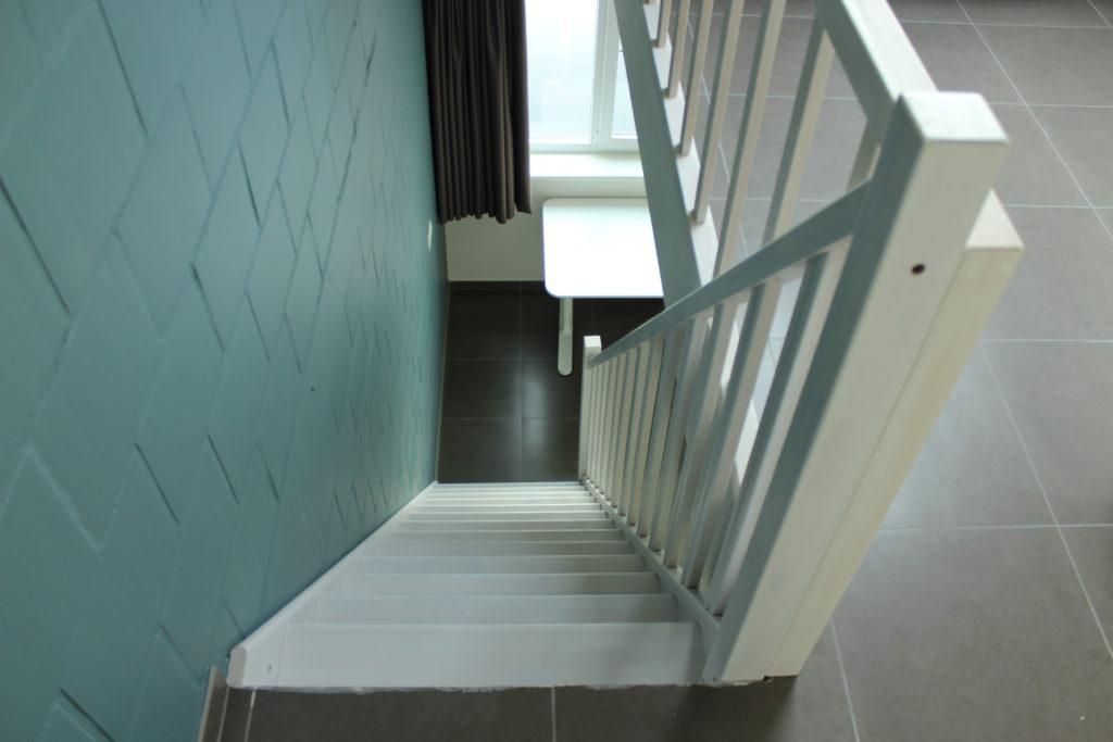 Wilgenstraat 45 - Kamer 22 - Trap naar beneden met bureau en venster