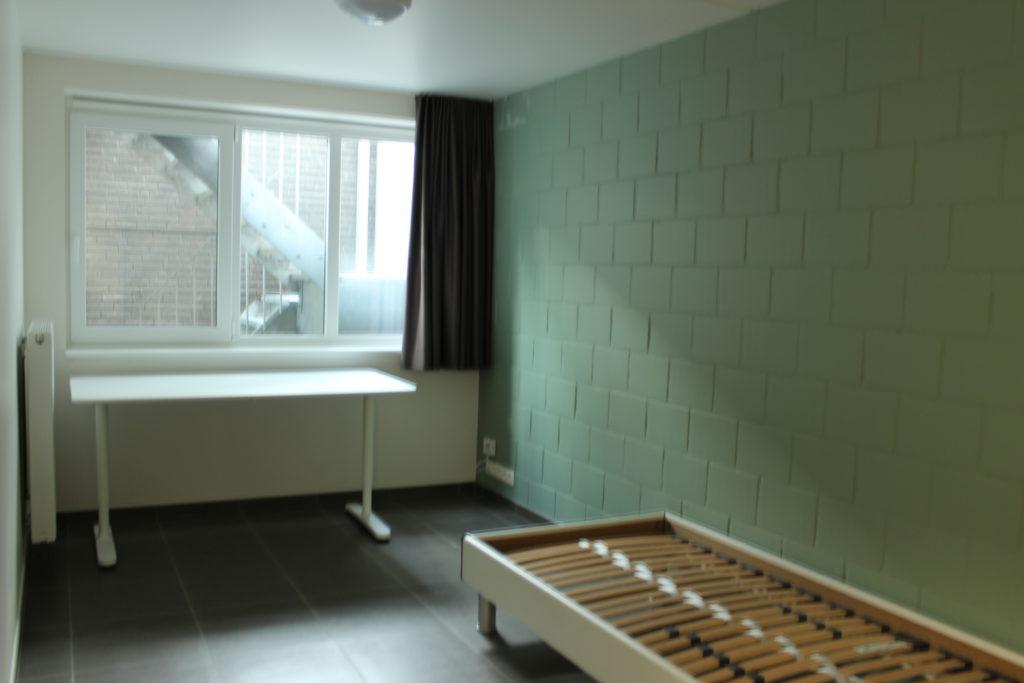 Wilgenstraat 45 - Kamer 3 - Bed, bureau, verwarming en venster