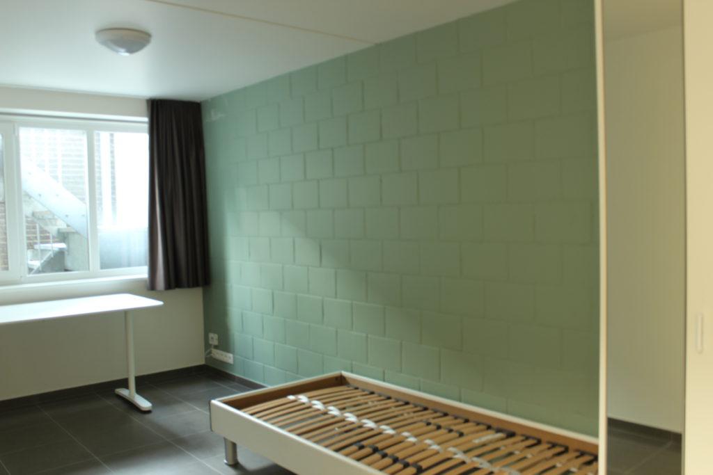 Wilgenstraat 45 - Kamer 3 - Venster met gordijnen, bureau en bed