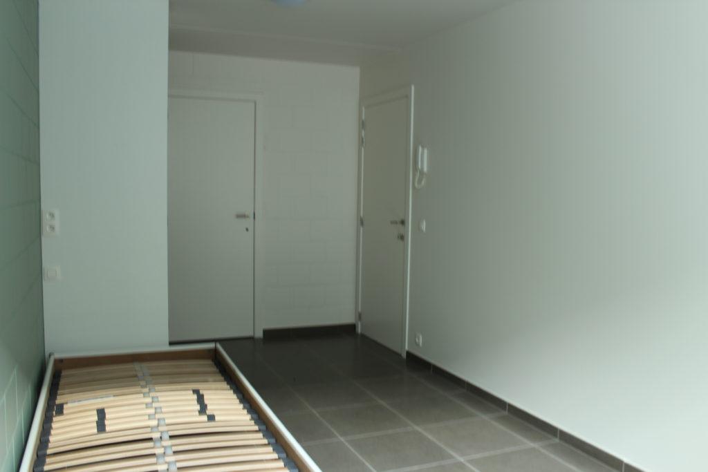 Wilgenstraat 45 - Kamer 3 - Bed, deur badkamer en deur kamer