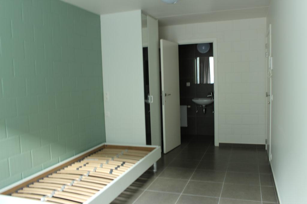 Wilgenstraat 45 - Kamer 3 - Bed, kast, deur badkamer met lavabo en deur kamer