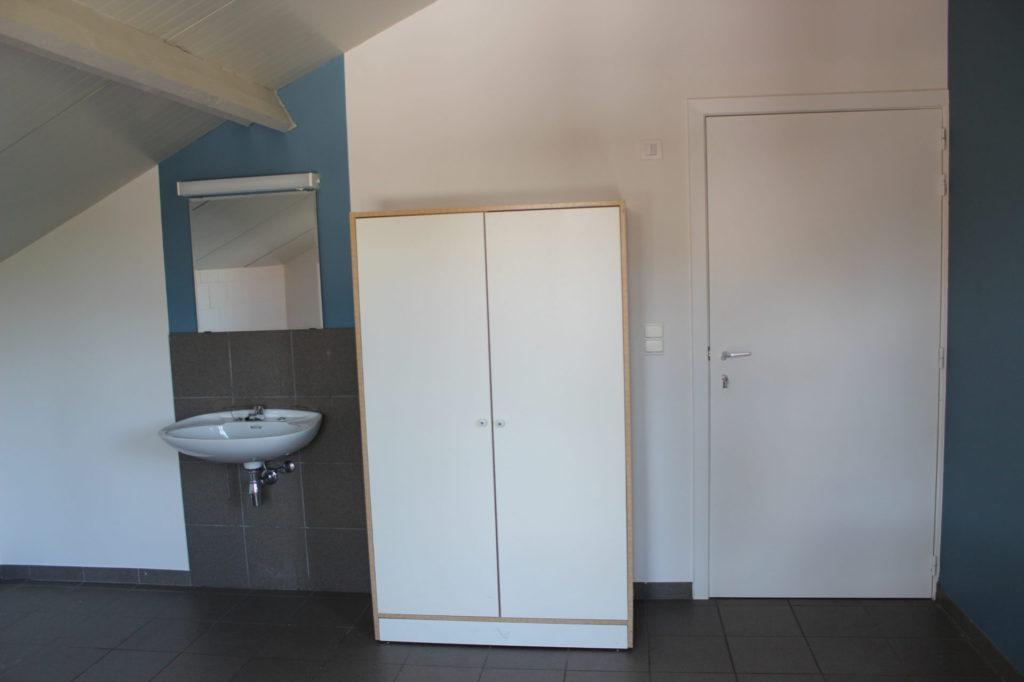Wilgenstraat 49 - Kamer 15 - Lavabo met spiegel, kast en deur kamer