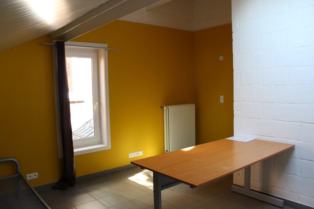 Wilgenstraat 49 - Kamer 16 - Bed, venster, bureau en verwarming