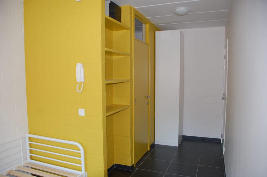 Sint-Jozefsstraat 30 - Kamer 11 - Bed, rek, kast en deur badkamer
