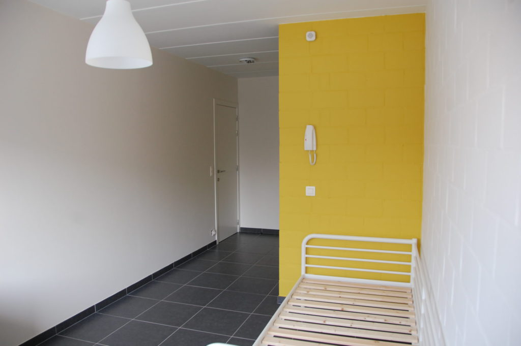 Sint-Jozefsstraat 30 - Kamer 12 - Bed, telefoon en deur kamer