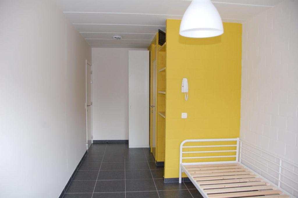 Sint-Jozefsstraat 30 - Kamer 12 - Bureau, rek, kast, deur badkamer en deur slaapkamer