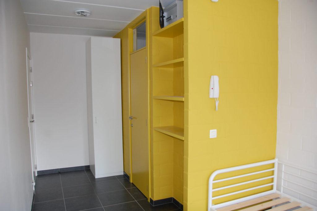 Sint-Jozefsstraat 30 - Kamer 12 - Deur kamer, deur badkamer, kast, rek en bed