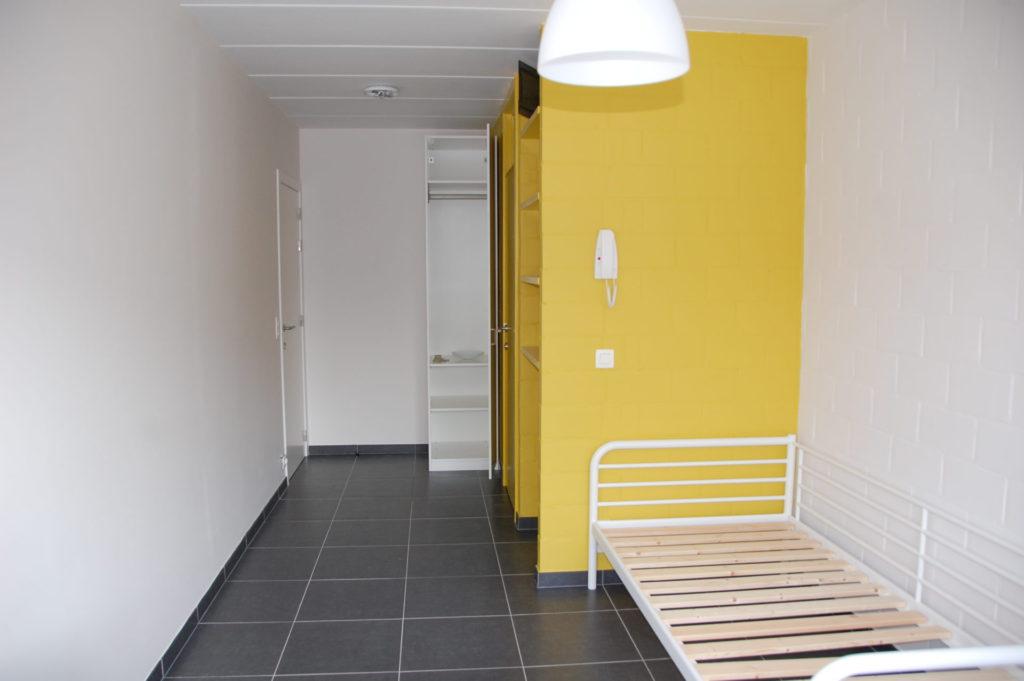 Sint-Jozefsstraat 30 - Kamer 12 - Deur kamer, kast, deur badkamer, rek, telefoon en bed