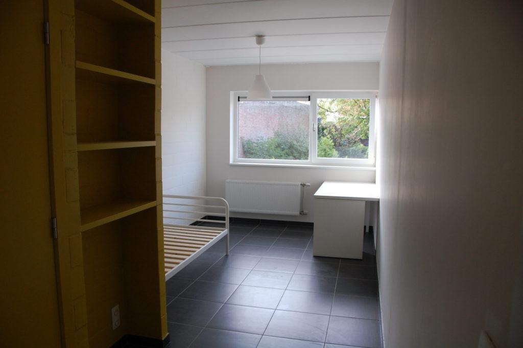 Sint-Jozefsstraat 30 - Kamer 12 - Rek, bed en bureau