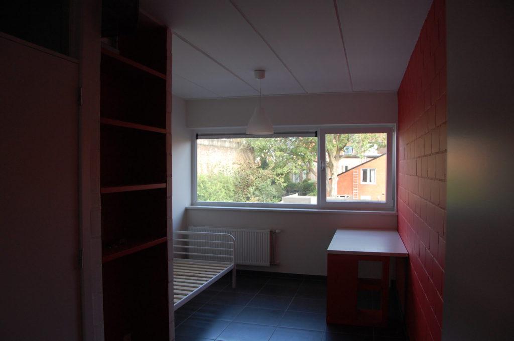 Sint-Jozefsstraat 30 - Kamer 14 - Rek, bed en bureau