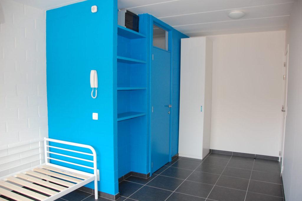 Sint-Jozefsstraat 30 - Kamer 15 - Bed, rek, deur badkamer en kast