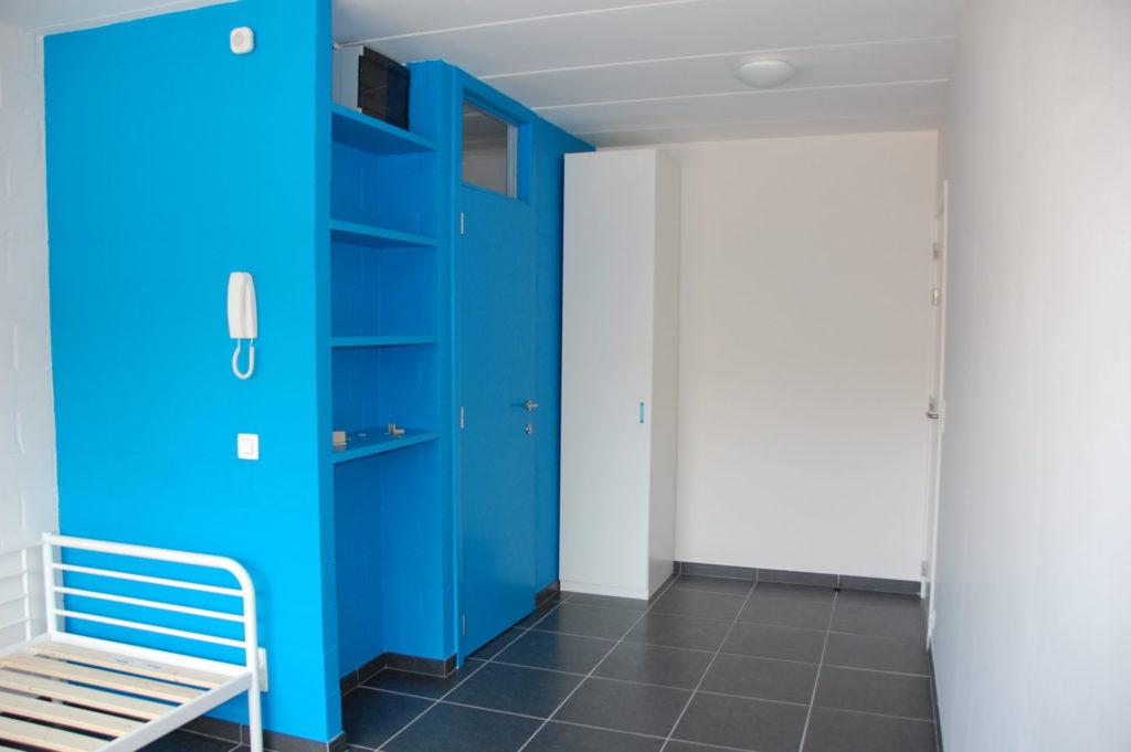 Sint-Jozefsstraat 30 - Kamer 15 - Bed, rek, deur kamer en kast