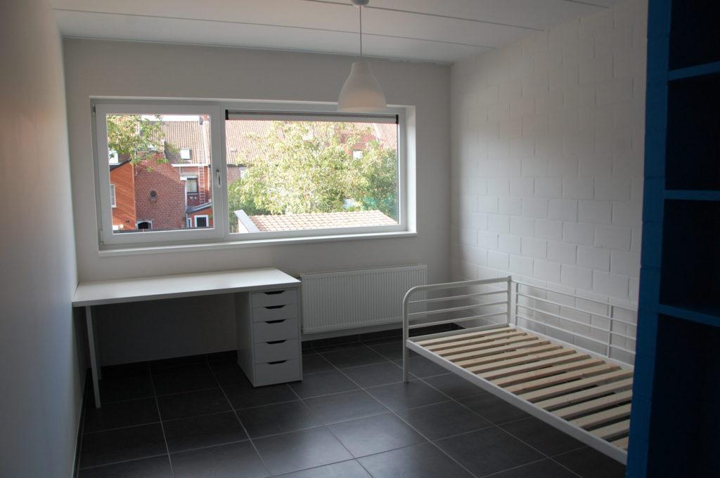 Sint-Jozefsstraat 30 - Kamer 15 - Bureau en bed