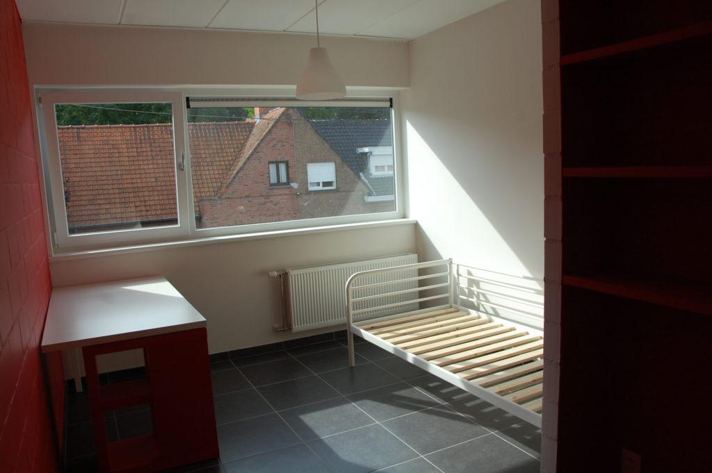 Sint-Jozefsstraat 30 - Kamer 17 - Bureau en bed