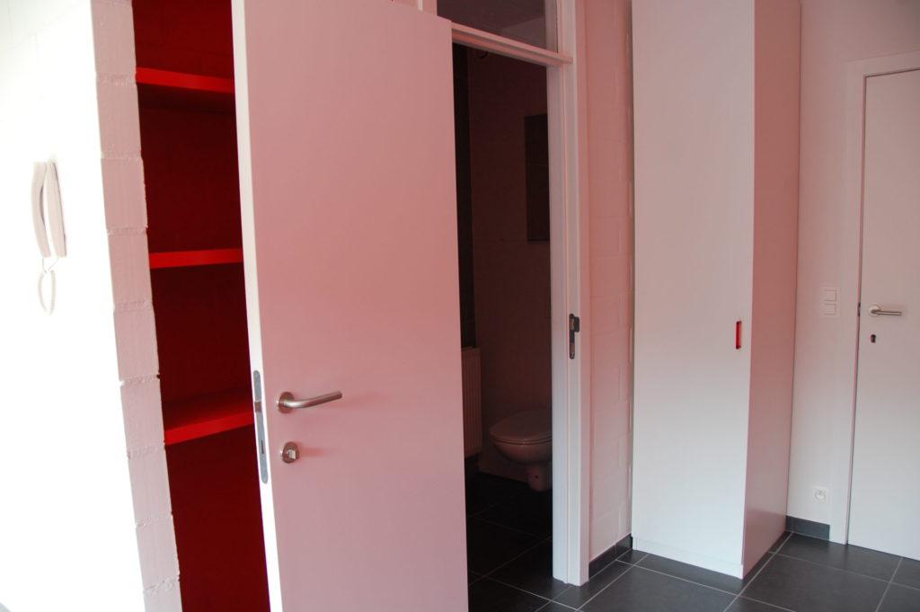 Sint-Jozefsstraat 30 - Kamer 17 - Rek en deur naar badkamer met toilet