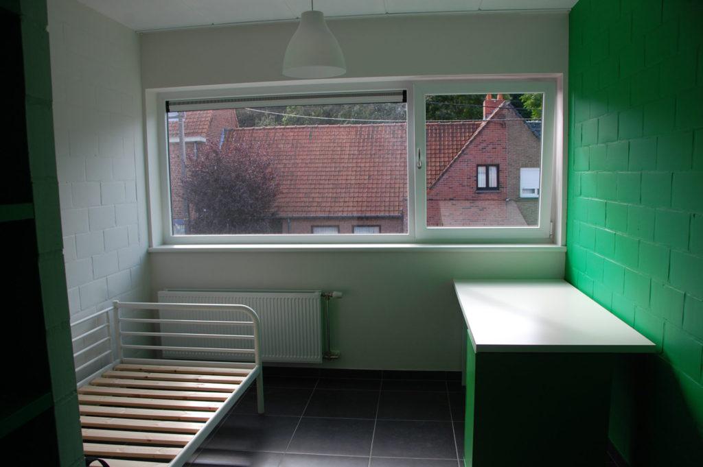 Sint-Jozefsstraat 30 - Kamer 18 - Bed lamp en bureau